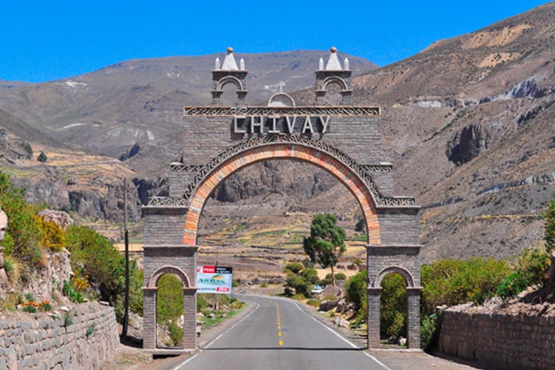 Chivay es una ciudad en el valle del Colca, capital de la provincia de Caylloma en la región de Arequipa, Perú. Ubicado a unos 12,000 pies sobre el nivel del mar, se encuentra aguas arriba del famoso Cañón del Colca