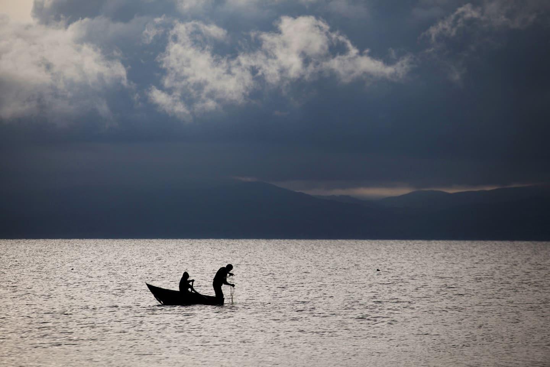 pescador criador de truchas en el lago Langui - Ruta Cusco a Chivay - Perú con 4M Express