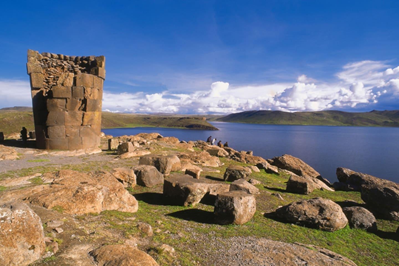 ubicado en la orilla del lago Titicaca y las montañas que rodean la ciudad.