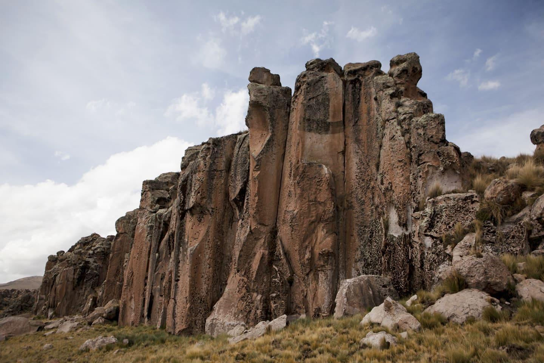 Grandes formaciones rocosas por erosión del viento, agua de lluvia y hielo ubicadas en la zona de Callalli en la ruta Chivay a Cusco - Perú con Bus 4M Express